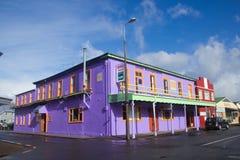 TIMARU,新西兰, 2017年6月04日:有工厂建筑物的街道 库存图片