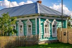 Timashovo, Rusia - agosto de 2018: Cabaña de madera vieja del pueblo con los platbands tallados hermosos imagen de archivo