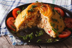 Timbale francés de las pastas relleno con clos del pollo y de las verduras imagenes de archivo