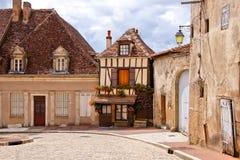 Timbered дом на привлекательно старомодный улице в бургундском, Франции Стоковая Фотография RF