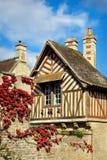 timbered привлекательно старомодный Нормандии половинной дома Франции старое стоковое изображение