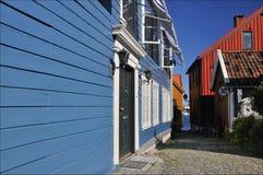 Timberhouses azuis em Larvik, Noruega Foto de Stock Royalty Free