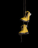 Timberland μπότες κίτρινες σε ένα μαύρο υπόβαθρο Στοκ Φωτογραφία
