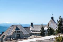 Timberline-Häuschen und Mt Jefferson Lizenzfreies Stockbild
