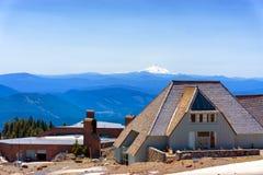 Timberline-Häuschen und Mt Jefferson Stockbild