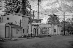 Timberline motel w historycznej wiosce Samotna sosna MARZEC 29, 2019 - SAMOTNY SOSNOWY CA, usa - obraz royalty free