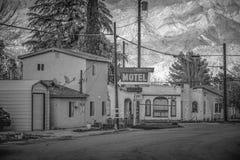 Timberline motel w historycznej wiosce Samotna sosna MARZEC 29, 2019 - SAMOTNY SOSNOWY CA, usa - obrazy royalty free