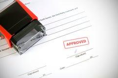 Timbre automatique sur le document de contrat Images stock