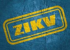 Timbre avec le texte de ZIKV au-dessus du fond grunge Image stock