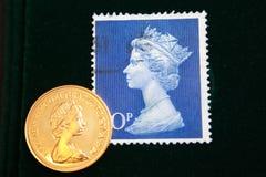 Timbre bleu BRITANNIQUE avec le portrait d'Elizabeth II et du sovereign 1980 d'or d'Australien sur le fond noir Photographie stock libre de droits