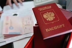 Timbre d'arrivée d'agent de contrôle d'immigration dans le passeport Photos stock