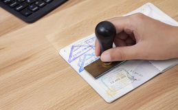Timbre d'arrivée dans le passeport image stock