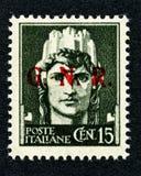Timbre 1943 de l'Italie : Cent 15 impression en surcharge GNR Photos stock