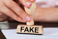 Timbre de Stamping Fake Rubber de femme d'affaires sur le document photo libre de droits