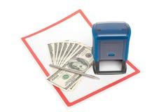 Timbre en plastique, dollars US et stylo en métal au-dessus du livre blanc Photos stock