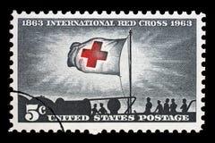 Timbre imprimé aux Etats-Unis, la lumière de matin d'expositions et le drapeau de Croix-Rouge Images stock
