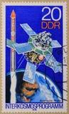 Timbre postal consacré aux programmes d'Interkosmos et à la physique de l'espace photo libre de droits