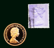 Timbre pourpre BRITANNIQUE avec le portrait d'Elizabeth II et du sovereign 1980 d'or d'Australien sur le fond noir Photographie stock