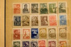 Timbres-poste de différents pays et de périodes Fond photographie stock