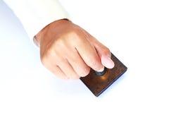 Timbro di gomma della holding della mano dell'operaio Fotografie Stock Libere da Diritti