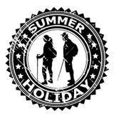 Timbro di gomma di vacanza estiva con le siluette dei turisti royalty illustrazione gratis