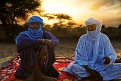 TIMBUKTU, MALI Tuaregs, die für ein Porträt im Lager nahe Timbuktu aufwerfen Stockfoto