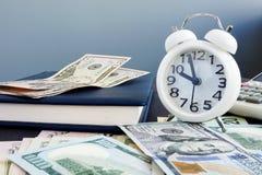 Time är pengar Kassa och ringklocka på tabellen royaltyfri fotografi