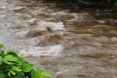Time-exponering av stående vågor i den Readdies floden Arkivbild