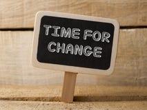 Time för ändringsträtecken på wood bakgrund Fotografering för Bildbyråer