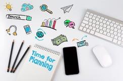 Time för att planera Datortangentbord och mobiltelefon på en vit tabell Arkivbilder