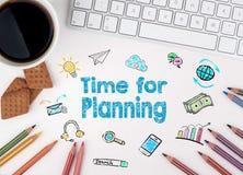 Time för att planera Datortangentbordet, kaffe rånar och kex på tabellen Arkivbilder