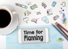 Time för att planera Mobiltelefon- och kaffekopp på ett vitt kontorsskrivbord Royaltyfri Foto