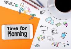 Time för att planera Mobiltelefon- och kaffekopp på ett vitt kontorsskrivbord Arkivbild