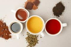 Time för ett kaffeavbrott eller en teatime Många olikt rånar och vita koppar som innehåller nytt bryggat kaffe, kakao och te för  royaltyfri foto