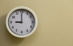 Time för 9:00 för väggklocka Arkivbilder