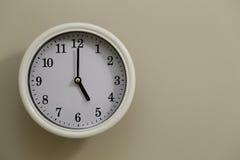 Time för 5:00 för väggklocka Arkivbilder