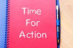 Time för handling skriver på anteckningsboken Arkivbild