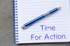 Time för handling skriver på anteckningsboken Arkivfoton