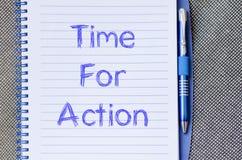 Time för handling skriver på anteckningsboken Arkivbilder