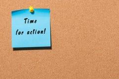 Time för handling som är skriftlig på den blåa klistermärken som klämmas fast för att korka anslagstavlan Med tomt utrymme Royaltyfria Foton