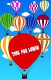 TIME FÖR LUNCH som är skriftlig på ballongen för varm luft med en bakgrund för blå himmel royaltyfri illustrationer