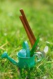 Time för trädgård nu… dekorativ liten arbeta i trädgården hjälpmedel och sno Royaltyfri Bild