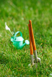 Time för trädgård nu… dekorativ liten arbeta i trädgården hjälpmedel och sno Arkivbilder