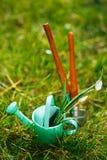 Time för trädgård nu… dekorativ liten arbeta i trädgården hjälpmedel och sno Arkivfoto