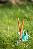 Time för trädgård nu…., dekorativa små arbeta i trädgården hjälpmedel Royaltyfri Fotografi