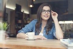 Time för kopplar av med koppen kaffe Royaltyfria Bilder