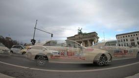 Time Lapse al tor di Brandenburger a Berlino, Germania nell'inverno stock footage