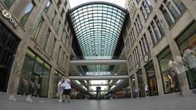 Time Lapse: All'entrata del centro commerciale del centro commerciale LP12 di Berlin In Berlin archivi video