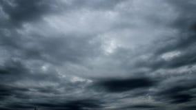 Time Lapse av illavarslande moln som springer till öst för stormen lager videofilmer