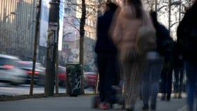 Time Lapse avec des personnes marchant rapidement sur la rue dans le centre ville de ville clips vidéos